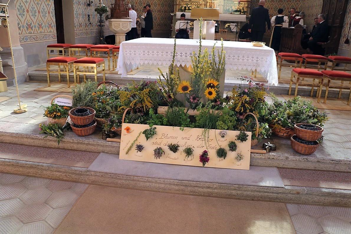 In Körben werden sie vor dem Gottesdienst am Altar ausgelegt und nach der Messe verteilt. (Foto: Knut Kuckel)