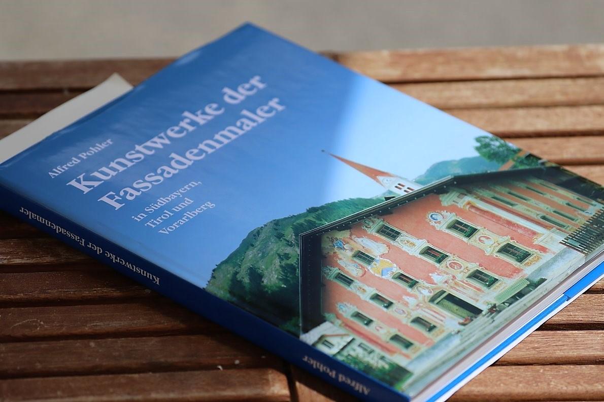 """Alfred Pohler, """"Kunstwerke der Fassadenmalerei in Südbayern, Tirol und Vorarlberg"""". (Foto: Knut Kuckel)"""