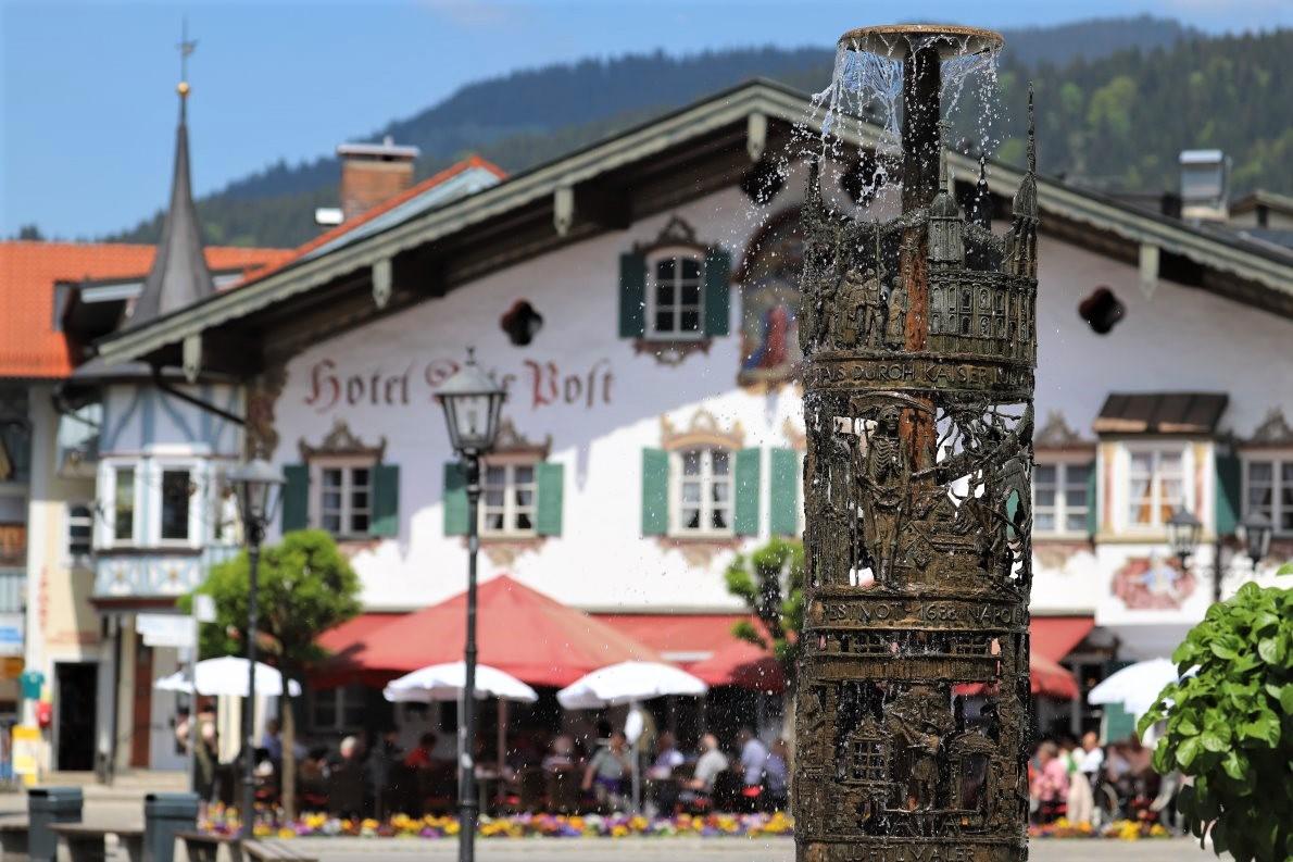 Hotel Alte Post und Dorfbrunnen, Oberammergau. (Foto: Knut Kuckel)