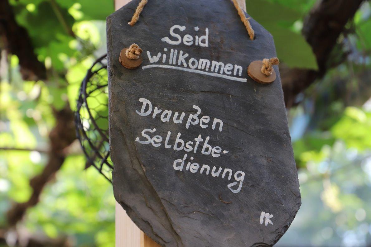 """""""Draußen ist Selbstbedienung"""", steht auf einer Schiefertafel in gut leserlicher Schrift. (Foto: Knut Kuckel)"""