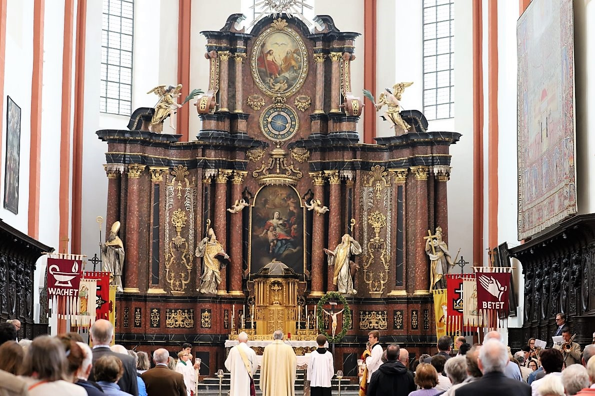 Nach der Renovierung feierten die Prümer Katholiken zum ersten Mal nach der Renovierung wieder einen Gottesdienst in der Basilika. (Foto: Knut Kuckel)