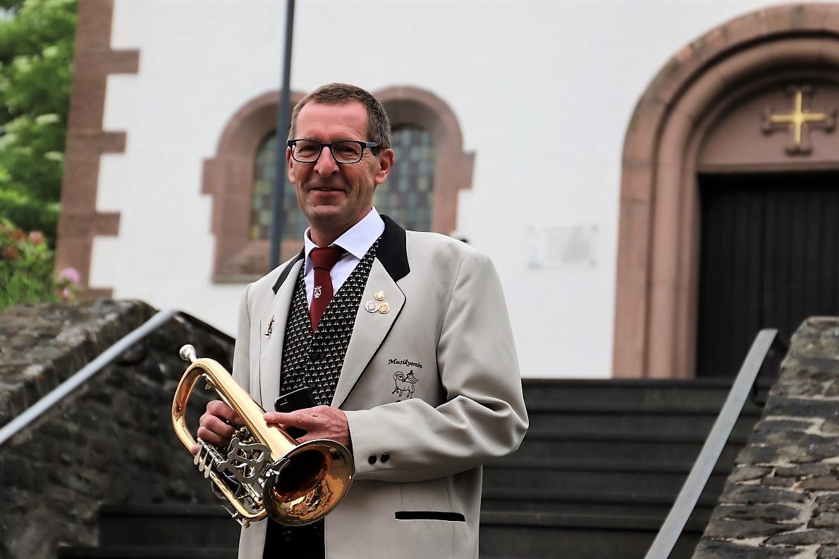 Der freundliche Katholik Hubert Nickels lässt sich vor der evangelischen Kirche in Prüm fotografieren. (Foto: Knut Kuckel)