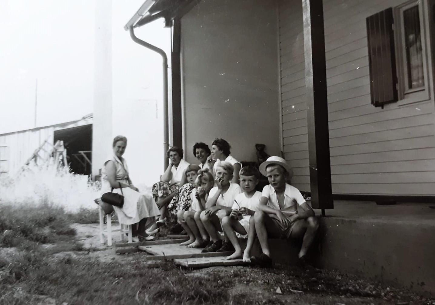 Mutter (2. von links), Tanten, Nichten und Neffen - vorne Vetter Bernd. Der Knabe an seiner Seite mit der schrägen Frisur war ich. Es folgen Bruder Karlheinz, Cousine Marita und meine Schwester Karin. (Foto: Familie Kuckel)