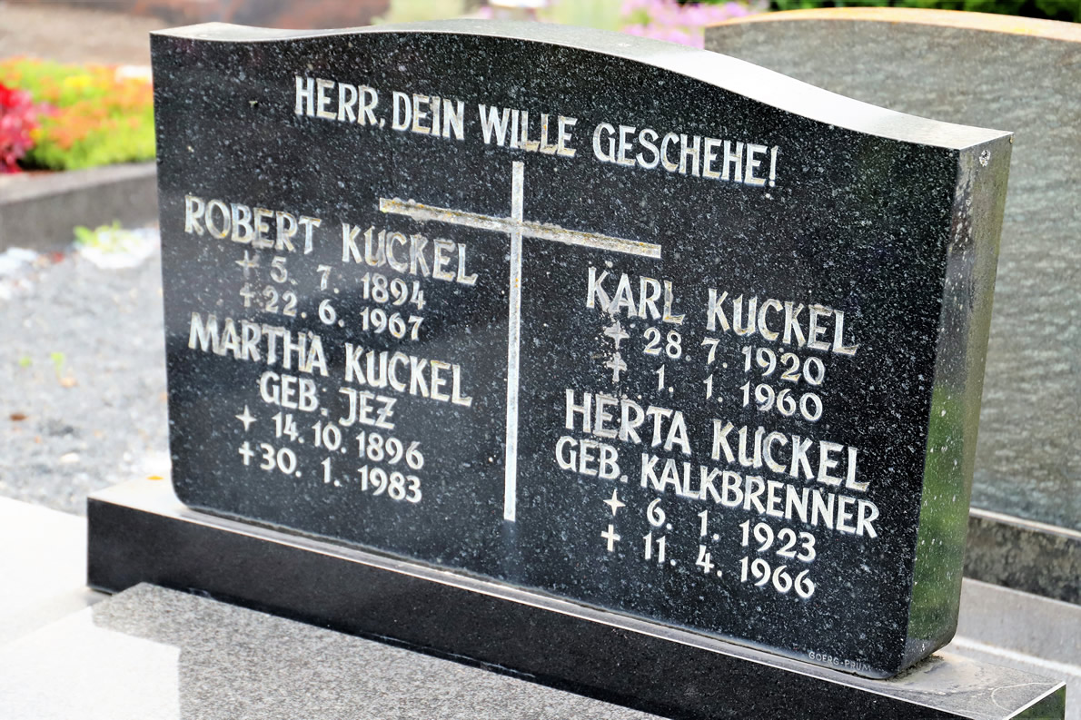 Unser Familiengrab. Nach vielen Jahren besuchen wir es mal wieder gemeinsam. (Foto: Knut Kuckel)