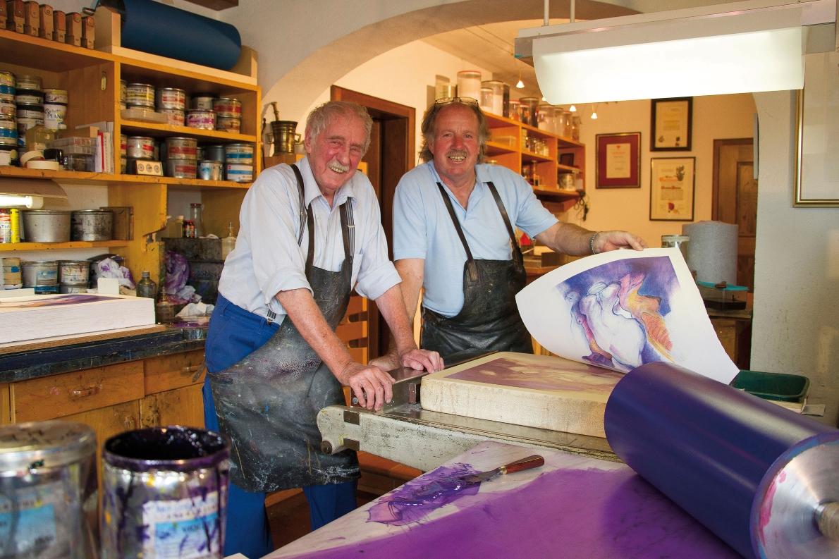 Walter und Günther Stecher haben den alten Steindruck in Tirol wiederbelebt. (Foto: Knut Kuckel)