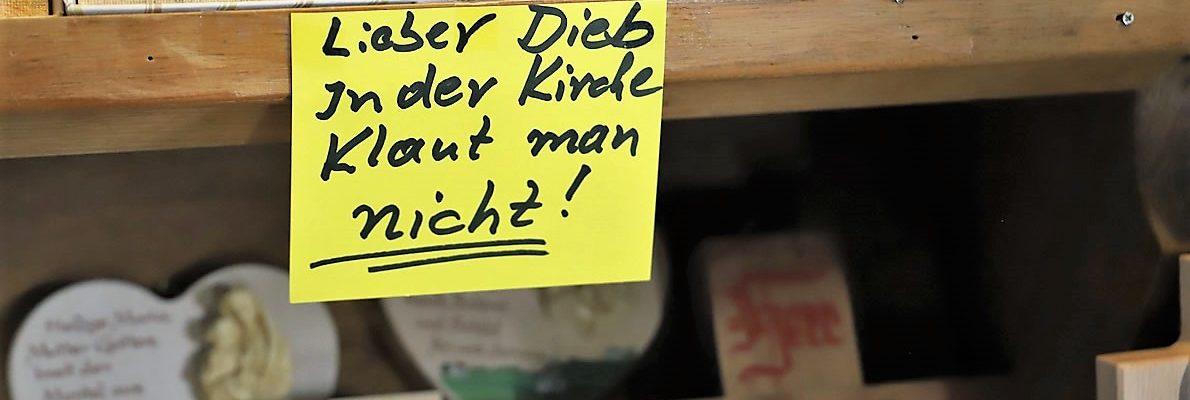 """""""Lieber Dieb, in der Kirche klaut man nicht!"""" haben die Hausherren des Antoniuskirchleins auf einen Klebezettel über die Auslagen geschrieben. (Foto: Knut Kuckel)"""