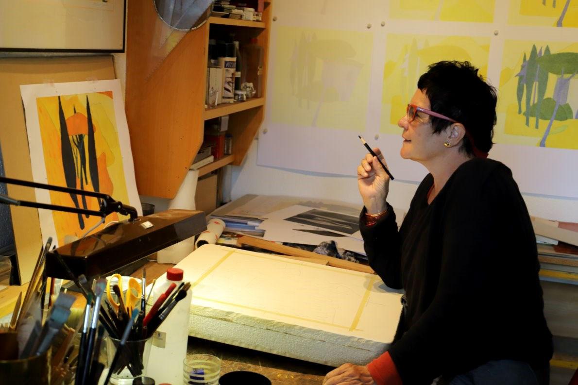 """Das Malen auf Leinwand ist im Vergleich zur Arbeit am Stein einfach. """"Du musst absolut konzentriert sein"""", erklärt Veronika Gerber. Foto: Knut Kuckel"""